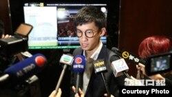 青年新政梁颂恒在立法会外会见媒体(苹果日报图片)