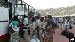 Umati wa watu wakikimbia mapigano wakihofia maisha yao kutoka Ivory Coast wakielekea Burkina Faso