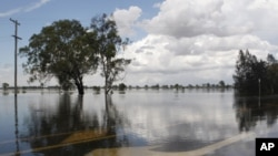 An arrow painted at the Capricorn Highway is seen under floodwaters 6km south of Rockhampton Jan 3, 2011