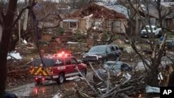 在德州一個居民區發生龍捲風後, 救援車輛駛入災區