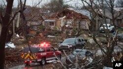 Petugas penyelamat AS memeriksa lokasi tornado di Rowlett, Texas hari Minggu (27/12).