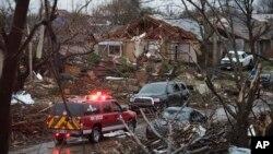 미국 텍사스 주 로우렛 시 주택가가 토네이도로 폐허가 된 가운데 27일 구급차가 출동했다.