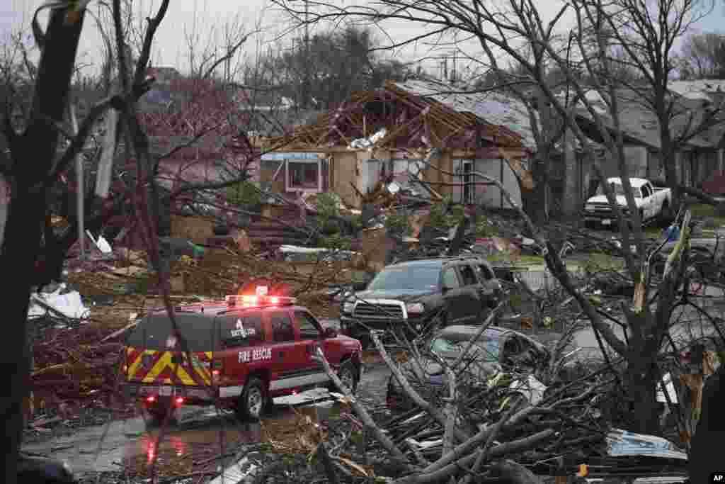 امریکہ کی ریاست ٹیکساس کے شہر ڈیلس میں طوفانی بگولوں اور اس سے ہونے والے مختلف حادثات میں کم از کم گیارہ افراد ہلاک ہو گئے ہیں۔
