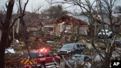 Машина аварийной службы проезжает через район после торнадо. Роулетт, Техас, 27 декабря 2015,