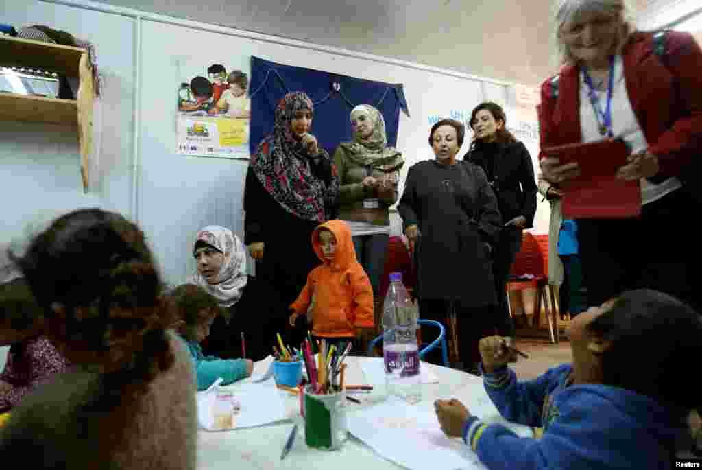 دیدار شیرین عبادی و توکل کرمان، برندگان جایزه صلح نوبل، با کودکان سوری در اردوگاه پناهندگان در اردن.