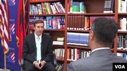 Senator Chris Murphy (L) talks with VOA Albanian Service reporter Armand Mero at the U.S. Embassy in Tirana.