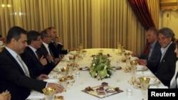 MİT Müsteşarı Hakan Fidan(solda), Ahmet Davutoğlu ile bir iftar yemeğinde