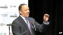 全国城市联盟主席摩里亚尔在市镇大会上发表讲话