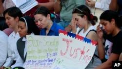 Dân tụ tập tại Nhà thờ Thánh Mark bày tỏ đoàn kết với người di dân. ngày 21/6/2018 ở El Paso, Texas. (AP Photo/Matt York)