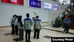 緬甸防止遊客將伊波拉病毒帶入境內,醫療人員在機場對會議路口進行檢查。