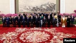2019年4月26日,中国国家主席习近平及其夫人彭丽媛和其他国家领导人在北京人民大会堂举行的一带一路欢迎宴会上合影。