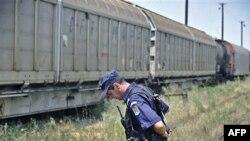Румынский полицейский охраняет военный эшелон в районе румыно-болгарской границы. Архив. 2011г.