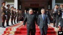 جنوبی کوریا کے صدر مون اور شمالی کوریا کے لیڈر کم سربراہ ملاقات کے دوران۔ فائل فوٹو