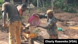 Des creuseurs artisanaux dans une mine d'or au Nord-Kivu en RDC, 21 avril 2015. (VOA/Charly Kasereka)