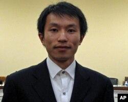 李沐子出席听证会。他的父亲因使用hotmail发表文章而被判刑