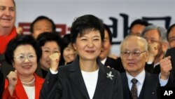 "Dalam pidatonya, presiden terpilih Korea Selatan, Park Geun-hye berjanji akan ""membuka era baru di Semenanjung Korea, berdasarkan keamanan yang tangguh dan diplomasi berdasar kepercayaan"" (foto, 20/12/2012)."
