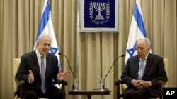Israeli Prime Minister Benjamin Netanyahu and Israeli President Simon Peres speak during a brief ceremony in the president's residence in Jerusalem, March 2, 2013.