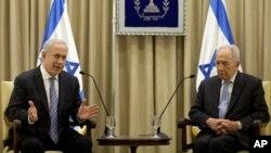 PM Israel Benjamin Netanyahu (kiri) berbicara dengan Presiden Simon Peres dalam pertemuan di Yerusalem (2/3).