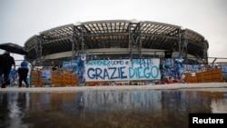 Stadion San Paolo di Kota Napoli, Italia, dihiasi berbagai penghormatan untuk mendiang pesepak bola, Diego Maradona.