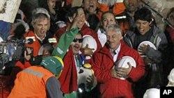智利总统皮涅拉 (右边身穿红外套)与获救矿工欢呼营救成功