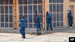 Des policiers burundais chassent des manifestants, le 4 juin 2015. (AP Photo/Berthier Mugiraneza)
