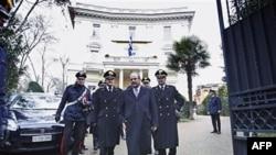 Grčki ambasador u Rimu napušta zgradu ambasade uz pratnju karabinjera, 27.decembar, 2010.