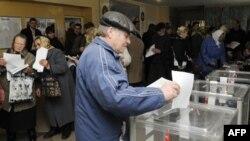 """Ukrayna """"exit-poll"""" prezidentin partiyasının öndə olduğunu göstərir"""