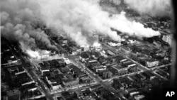 Cette vue aérienne montrent des bâtiments en feu lors des émeutes à Washington, D.C., le 5 avril 1968.