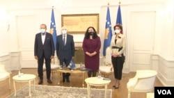Bedžet Pacoli, Fatmir Sejdiu, Vjosa Osmani, Atifete Jahjaga (s leva) u kabinetu predsednice Kosova (Foto: VOA)