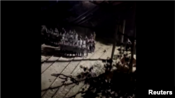 ဆႏၵျပ မႏၱေလး မီးရထား၀န္ထမ္းမ်ားကို ရဲမ်ားက ႏွိမ္နင္းေန (ဓါတ္ပံု- Reuters)