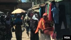 Gente nas ruas do Bairro Carioca em Pemba, província de Cabo Delgado, Moçambique