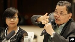 Moro Islamic Liberation Front (MILF) chief peace negotiator Mohagher Iqbal, right, with Miriam Coronel-Ferrer, chief negotiator for the government, gestures during a forum with foreign correspondents at suburban Mandaluyong city, east of Manila, April 7, 2015.