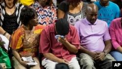 Các thành viên trong gia đình của các nạn nhân vụ nổ súng tại nhà thờ Emanuel AME an ủi nhau trong một lễ tưởng niệm ở Charleston, SC, 19/6/2015.