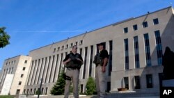 在卡塔拉赫出庭前,美國警官在華盛頓聯邦法院前面守衛