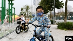 ფოტო: ვიეტნამში ველოსიპედებით მოსეირნე ბავშვებს პირბადეები უკეთიათ კოვიდ-19-ის გავრცელების პრევენციის მიზნით. ჰანოი, 2020 წლის 20 მარტი.