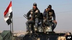 دو نیروی پلیس عراق که به همراه ارتش عراق در عملیات آزادسازی غرب موصل حضور دارند.