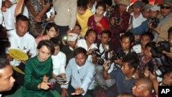 Bà Aung San Suu Kyi nói chuyện với những người phản đối.
