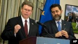 7月12日歐盟首席談判代表加西亞-柏塞羅(右)和美國首席談判代表穆拉尼(左)