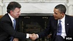 Prezidan ameriken an Barack Obama ap rankontre ak prezidan kolonbyen an Juan Manuel Santos REUTERS/Jim Young (UNITED STATES - Tags: POLITICS)