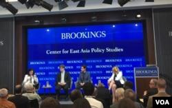 战略与国际问题研究中心(CSIS)科技政策项目副主任威廉·卡特(左二)2018年6月14日在华盛顿布鲁金斯学会出席讨论会(美国之音叶林拍摄)