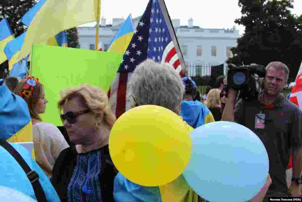 Перед приездом президента Петра Порошенко в Белый дом на встречу с Бараком Обамой над площадью запустили желтые и голубые шары