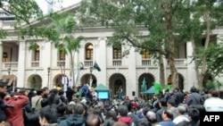 抗议者聚集立法会大楼外