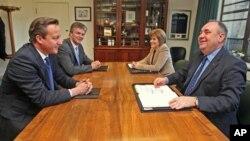 15일 스코틀랜드 국가 독립투표 논의를 위해 면담한 데이비드 캐머런 영국 총리(왼쪽 앞)와 알렉스 살몬드 스코틀랜드 총리(오른쪽 앞).