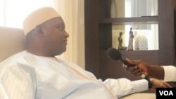 Le président Adama Barrow donne un entretien à un journaliste de VOA au Senegal, le 22 janvier 2017.