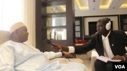 លោកប្រធានាធិបតីហ្គំប៊ី លោក Adama Barrow ផ្តល់បទសម្ភាសន៍ជាមួយនឹង VOA ក្នុងប្រទេសសេណេហ្គាល់ កាលពីថ្ងៃទី២២ ខែមករា ឆ្នាំ២០១៧។