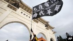 台灣民眾在台北自由廣場揮舞旗幟紀念百萬人反送中大遊行一周年並抗議港區國安法。 (2020年6月13日)