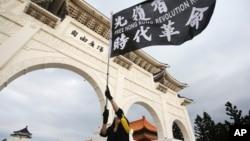 台灣民眾在台北自由廣場揮舞旗幟紀念百萬人反送中大遊行一周年並抗議港版國安法。(2020年6月13日)