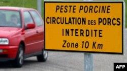 Panneau de signalisation, le 3 mai 2002, interdisant la circulation des porcs en France