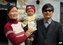 Chen Guangchen turmush o'rtog'i va farzandi bilan