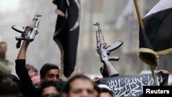 지난달 22일 시리아 알레포에서 무기를 들고 시위하는 반정부 단체들. (자료사진)
